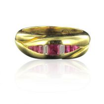 Bague en or jaune, rubis et diamants baguettes