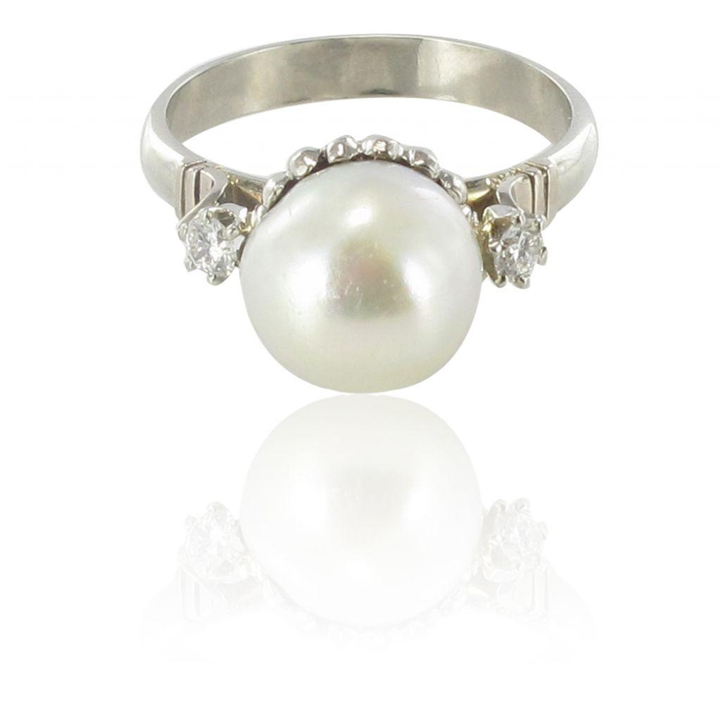 Bague perle accompagnée de diamants