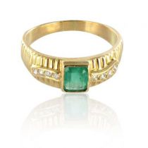 Emerald and diamonds yellow gold ring