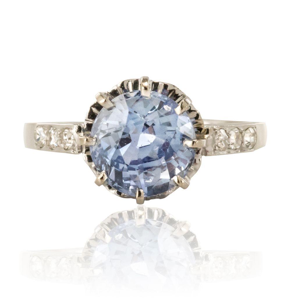 Bague solitaire saphir accompagnée de diamants