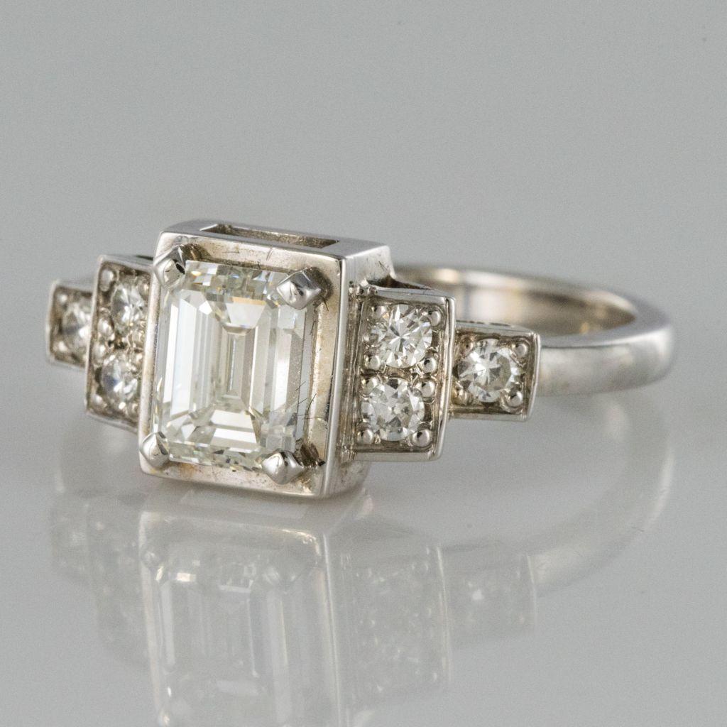 Bague diamant taille émeraude et diamants brillants
