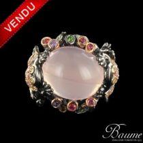 Bague quartz rose cabochon, saphirs multicolores et grenats tsavorites
