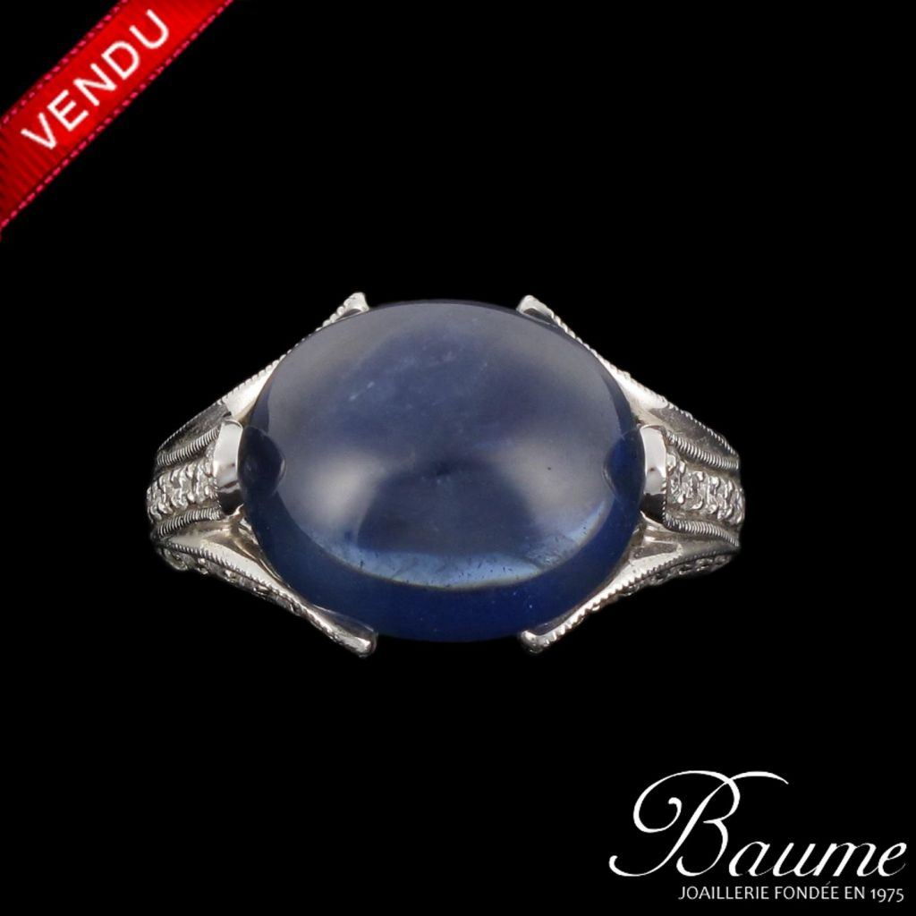 Bague Saphir cabochon et Diamants, or blanc