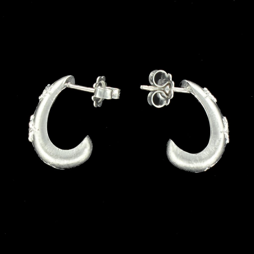 Boucles d 'oreilles or blanc satiné diamants