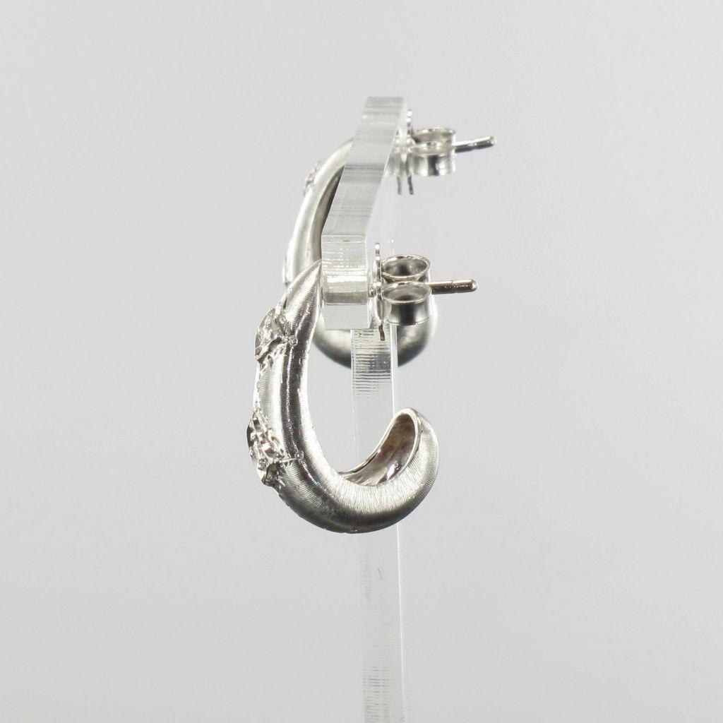 Boucles d 'oreilles or blanc satiné diamants