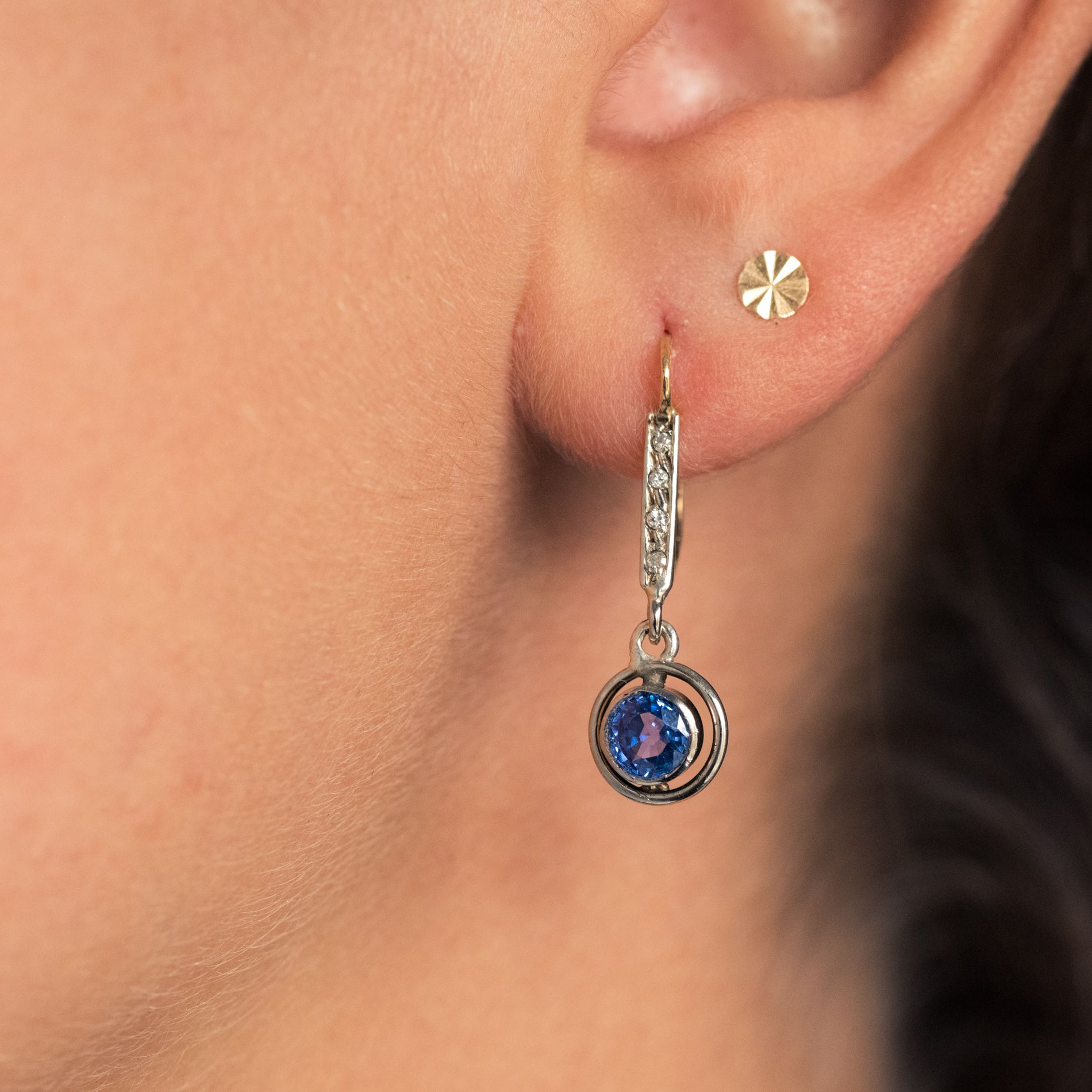 Boucles d\'oreilles anciennes saphirs et diamants