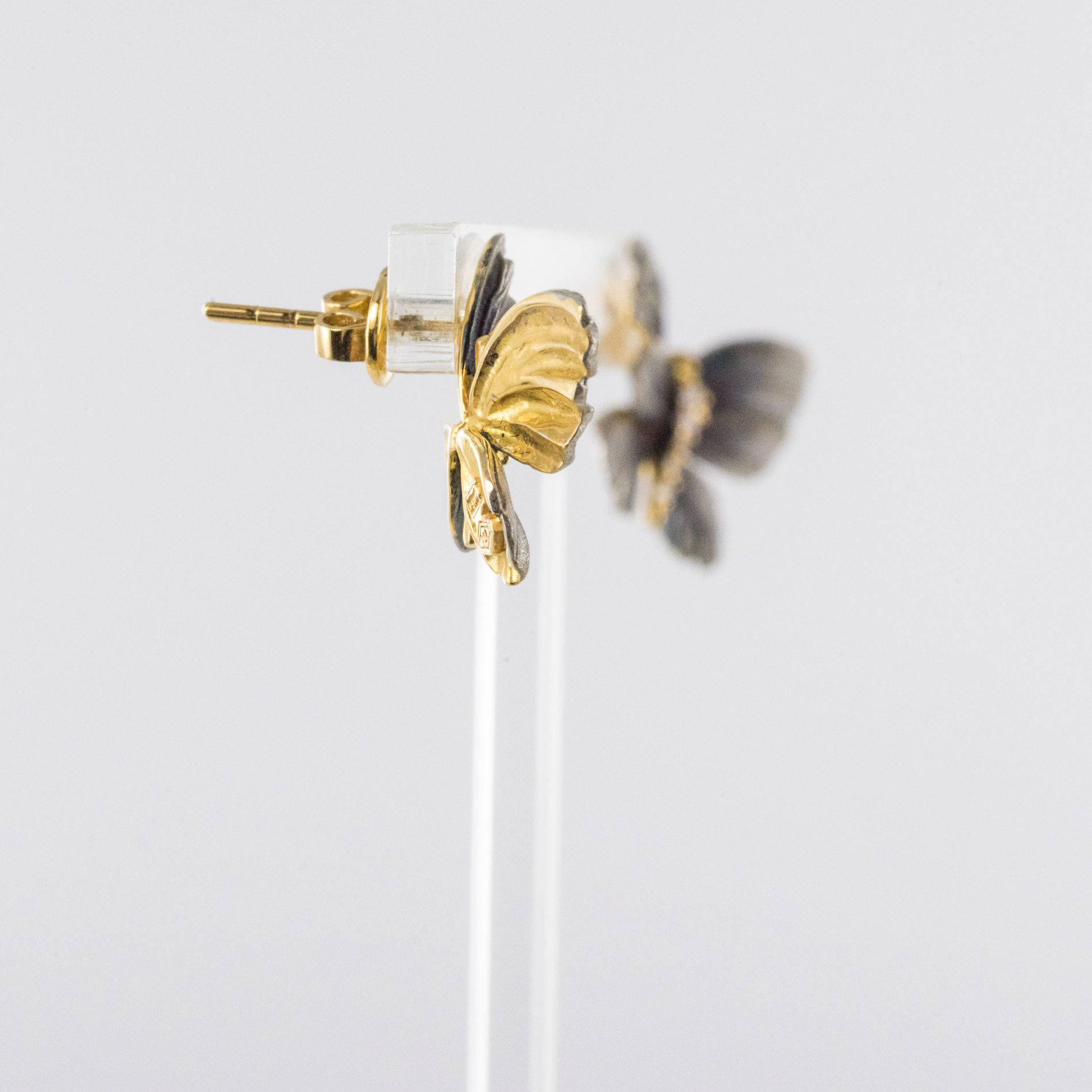 Boucles d\'oreilles papillons en or, émail et diamants