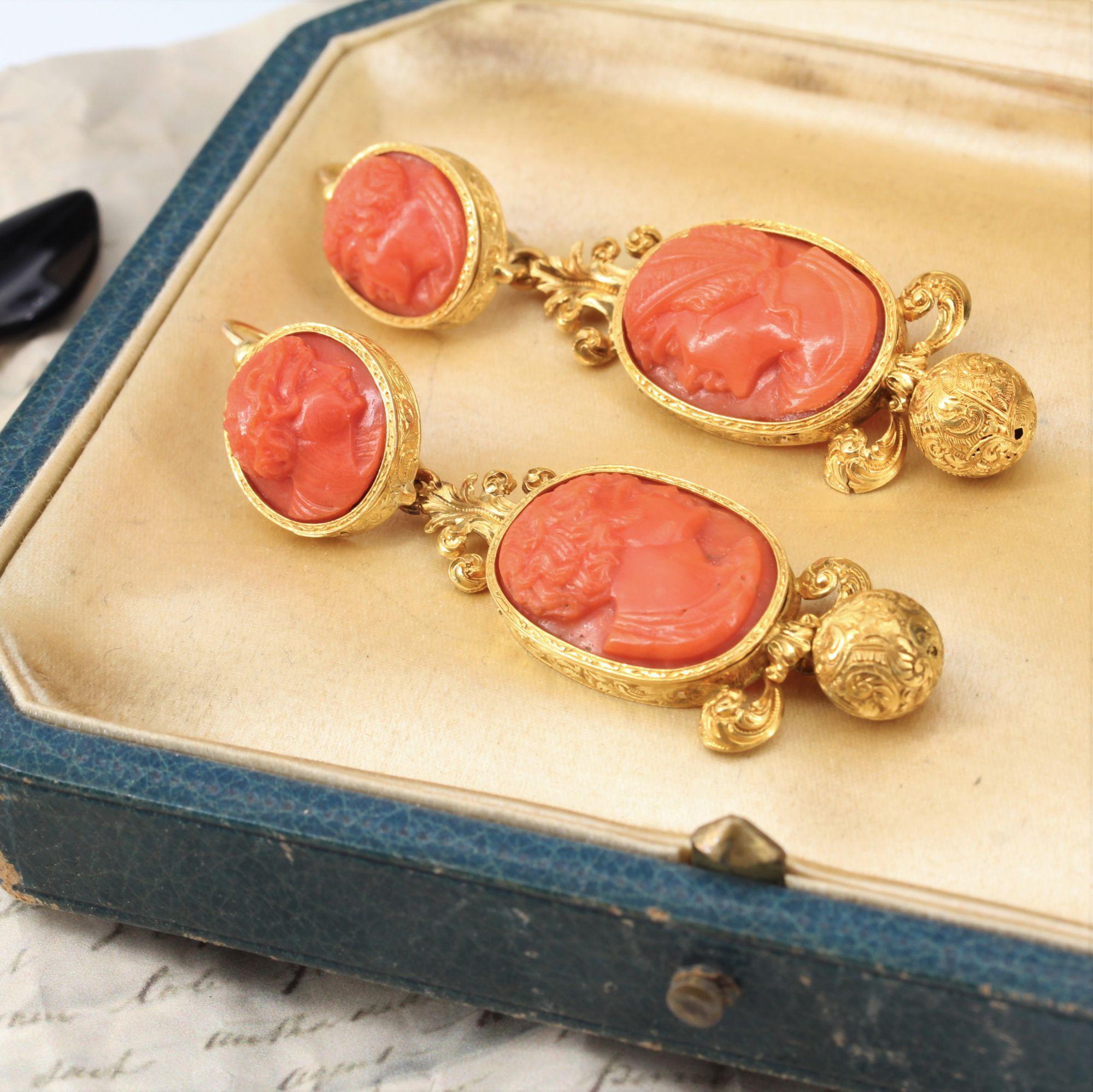 Boucles d\'oreilles pendantes anciennes camées sur corail