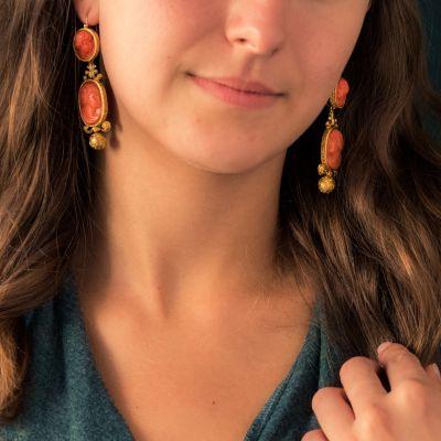 Boucles d'oreilles pendantes anciennes camées sur corail