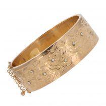 Bracelet jonc or rose ancien à décor floral et ses perles fines