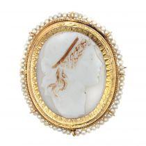 Broche ancienne Camée entourée de perles fines