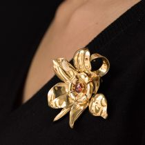 Broche fleur en or et grenat orange cabochon