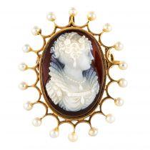 Camée en broche entouré de perles fines