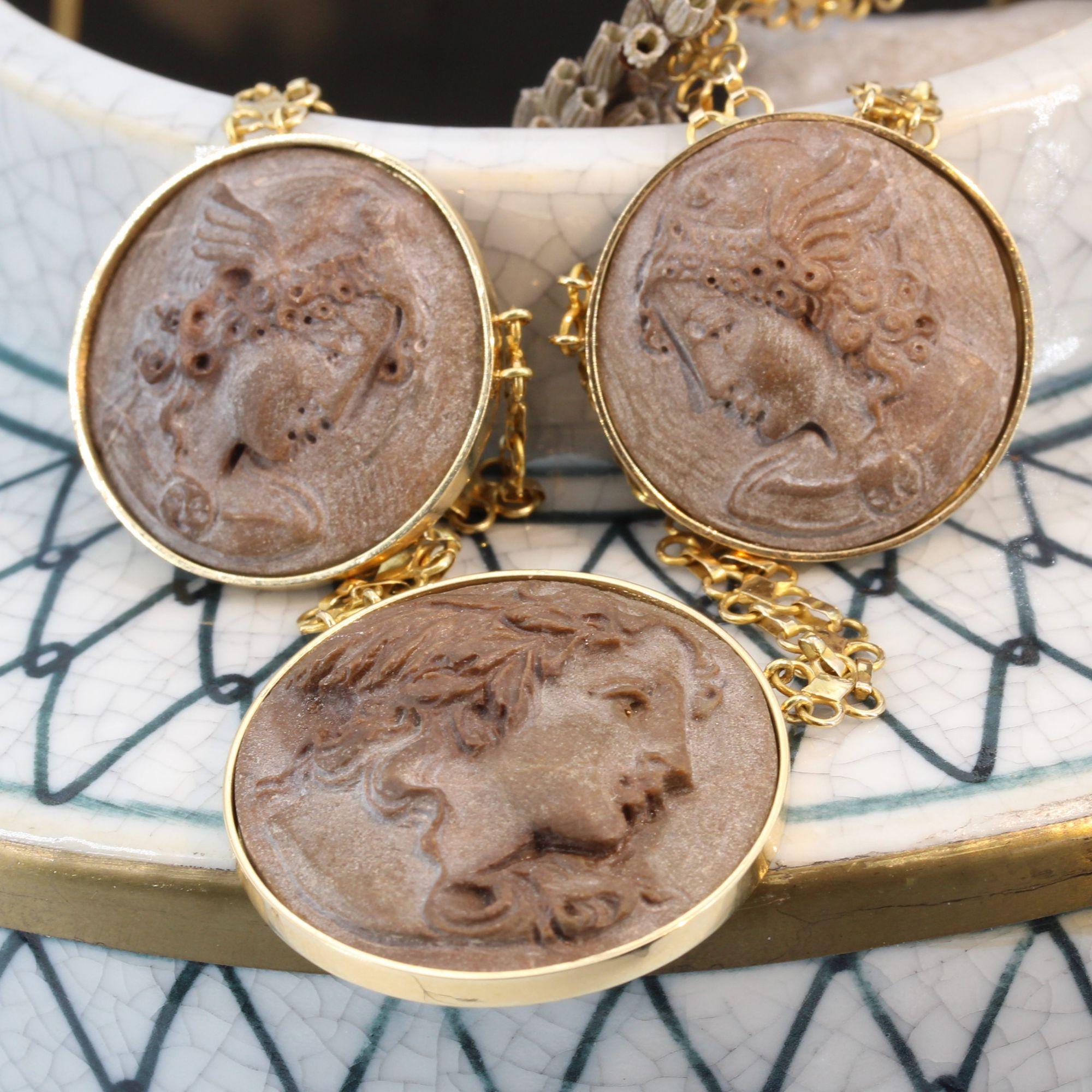 Collier camées sur pierres de lave et or