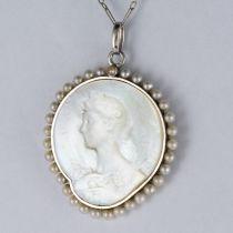 Médaille et sa chaine en platine, nacre et perles fines
