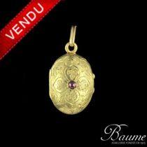Médaillon ancien ciselé et rubis