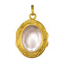 Médaillon en or à décor de grecque