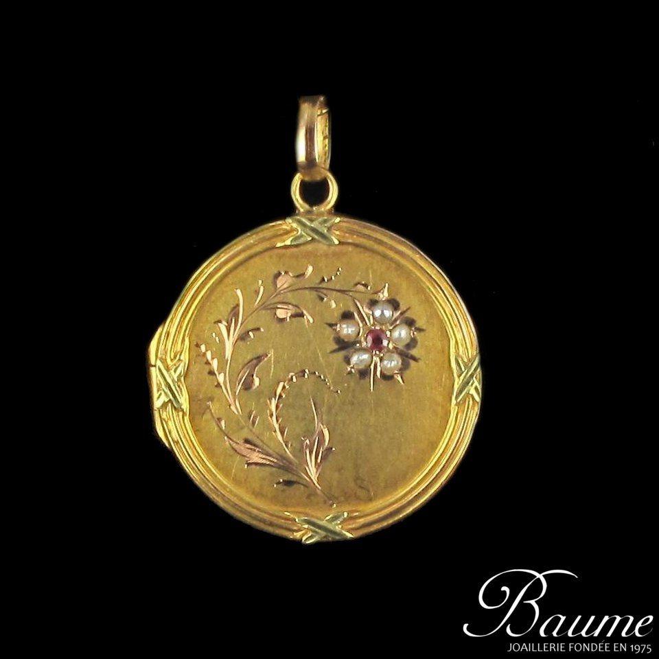 Médaillon en or rose, perles fines et rubis